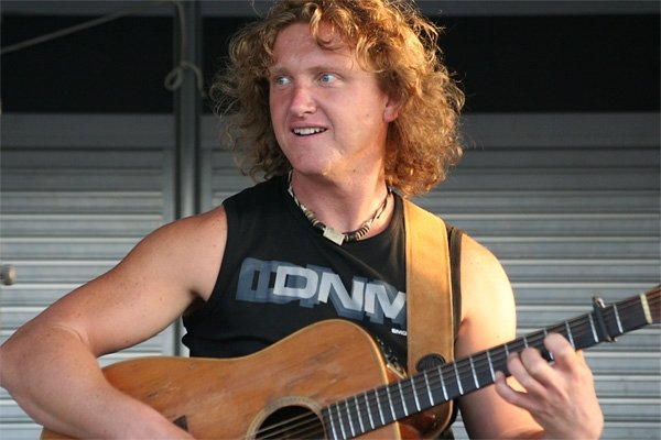 Gitarist zanger nodig? Hans van der Werf is uw man!! :)